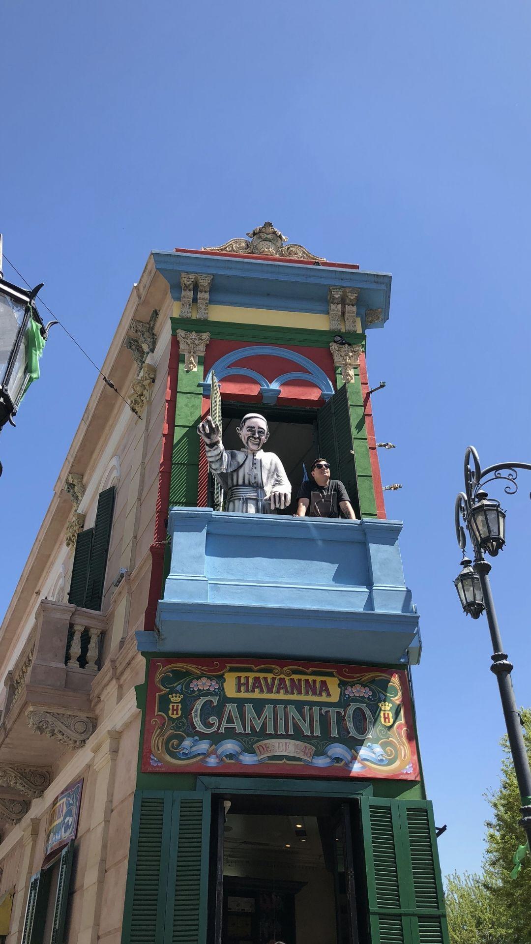 Leo acima da loja Havanna no bairro Caminito em Buenos Aires