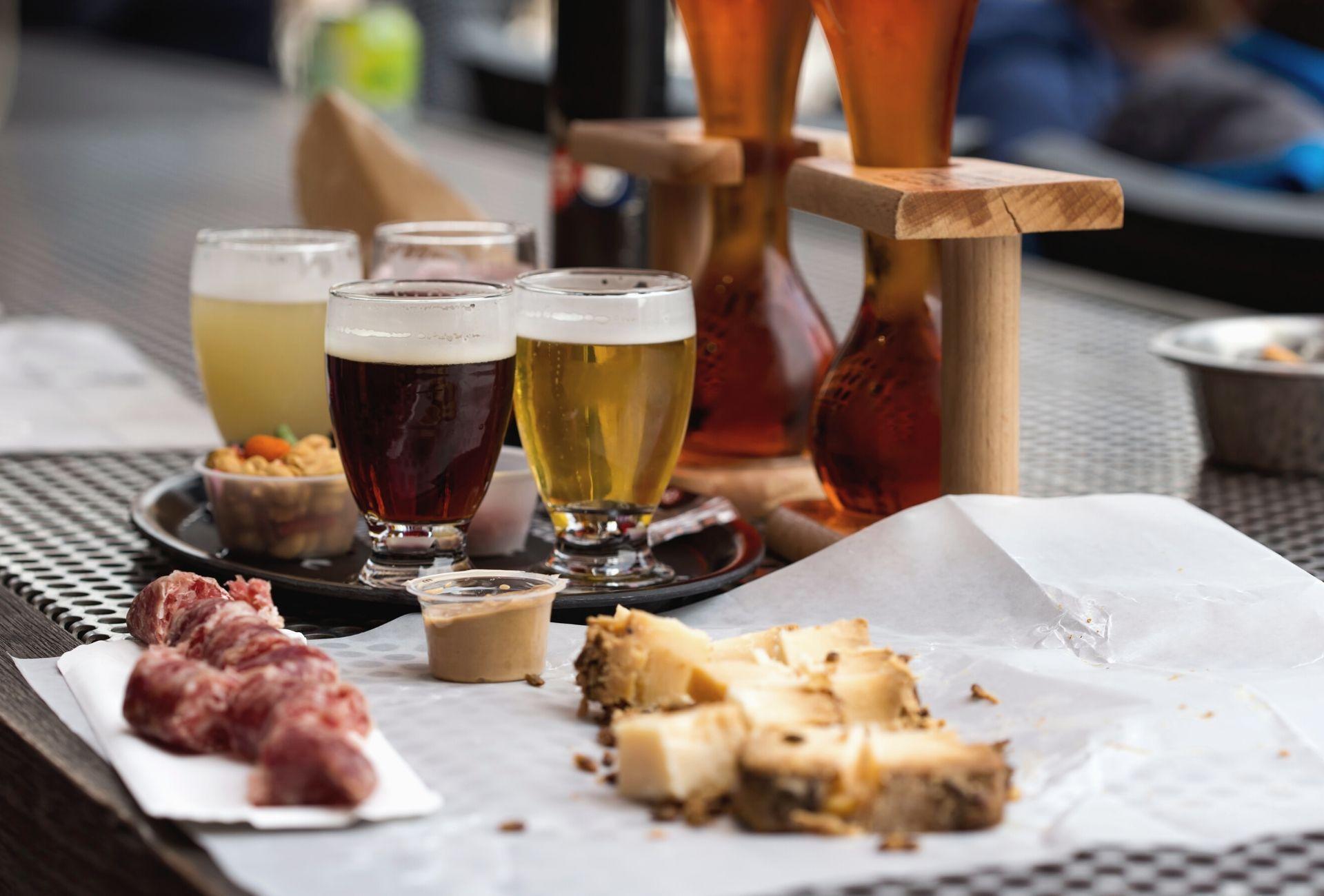 Cervejas de diversos tipos e algumas comidas típicas belgas