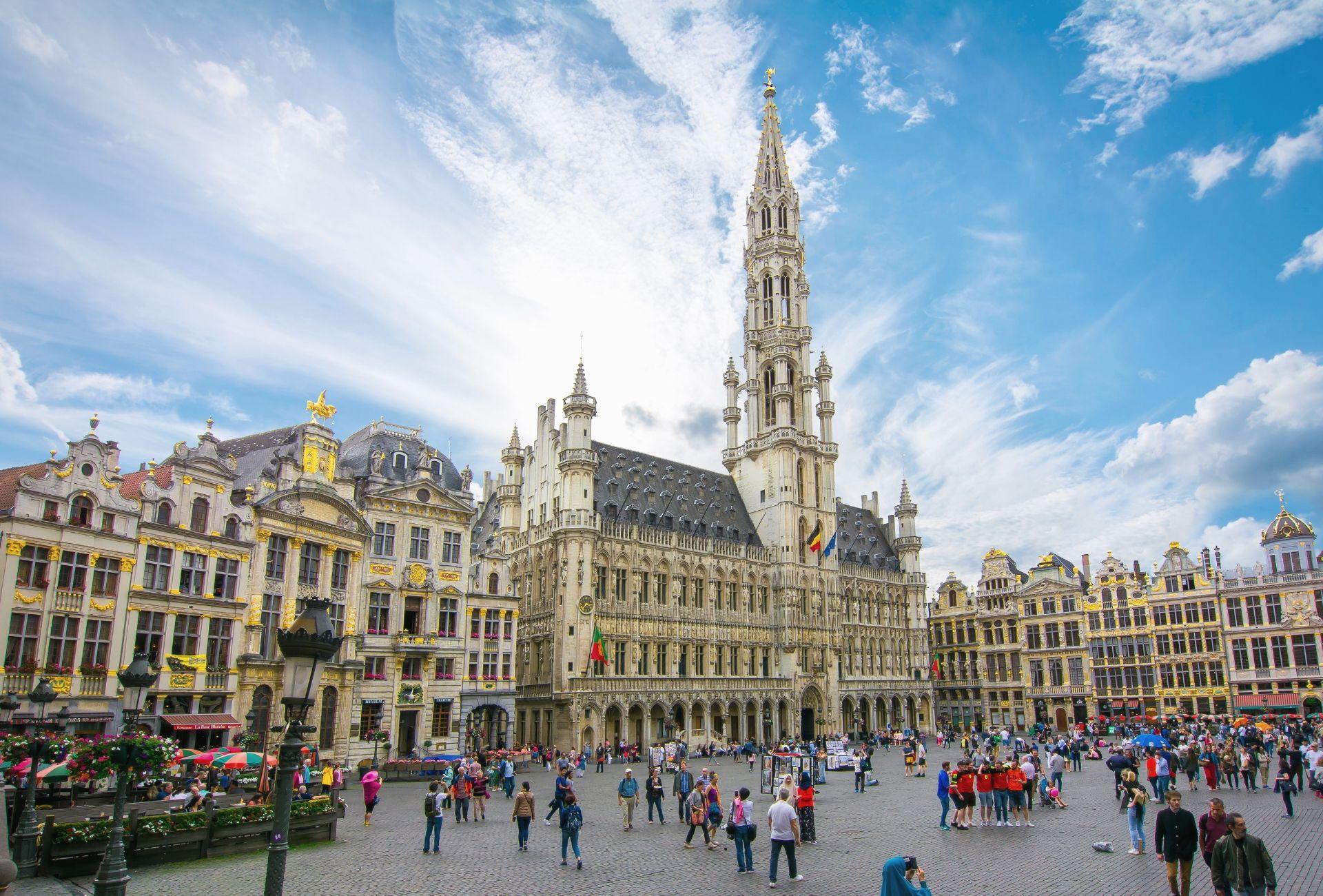Grand-Place, praça central de Bruxelas com muitas pessoas circulando pelo pátio central