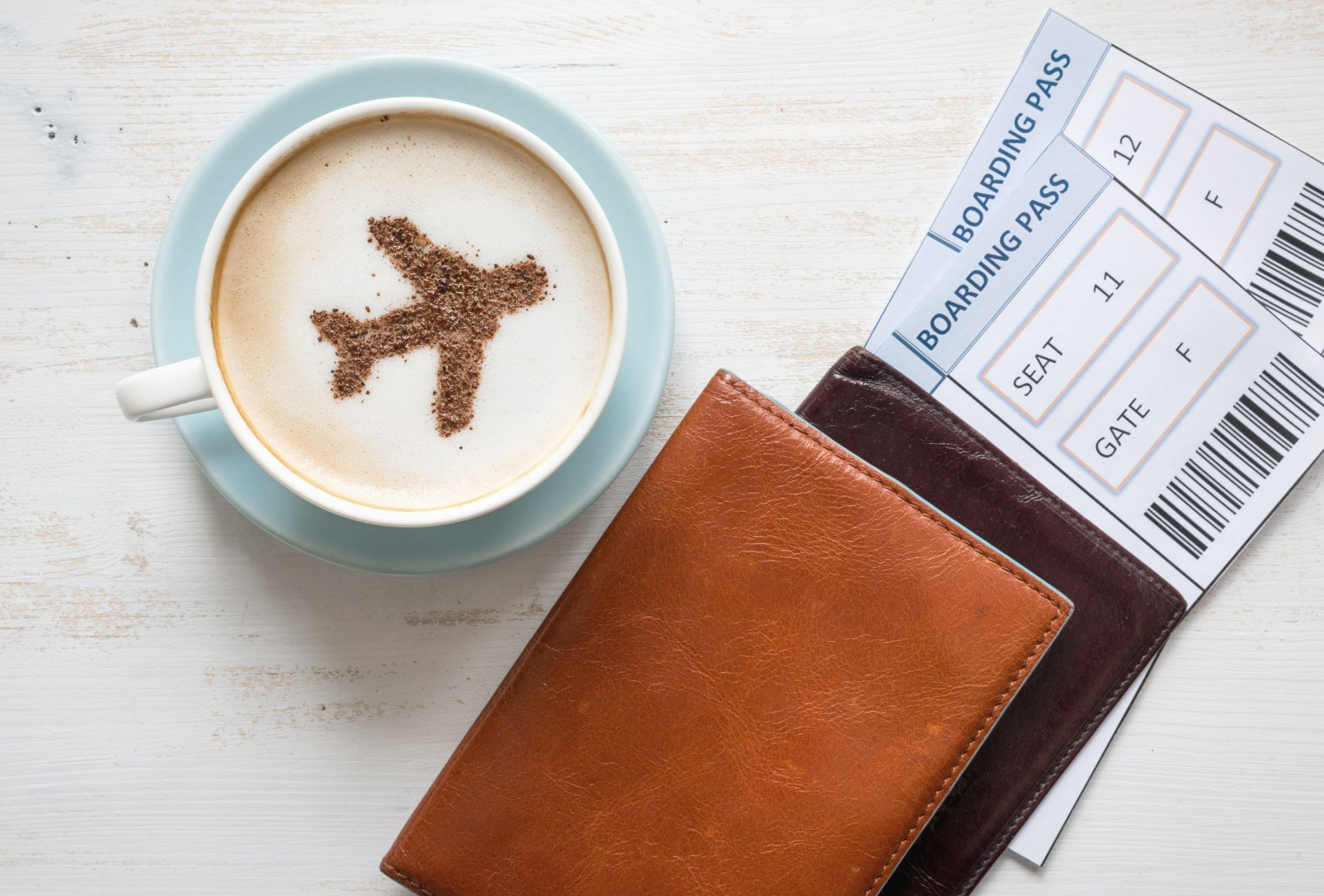 Passagens aéreas, passaportes e uma xícara de café