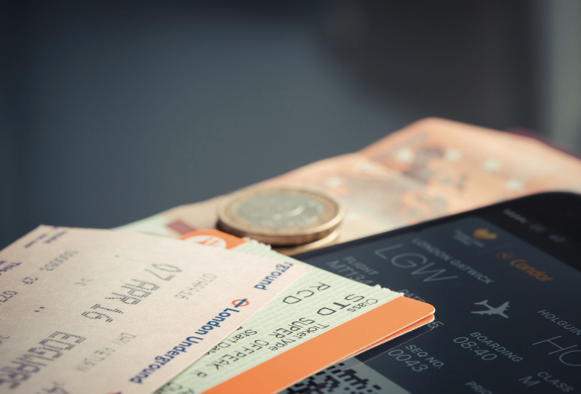 Bilhete de passagem aérea, celular e dinheiro