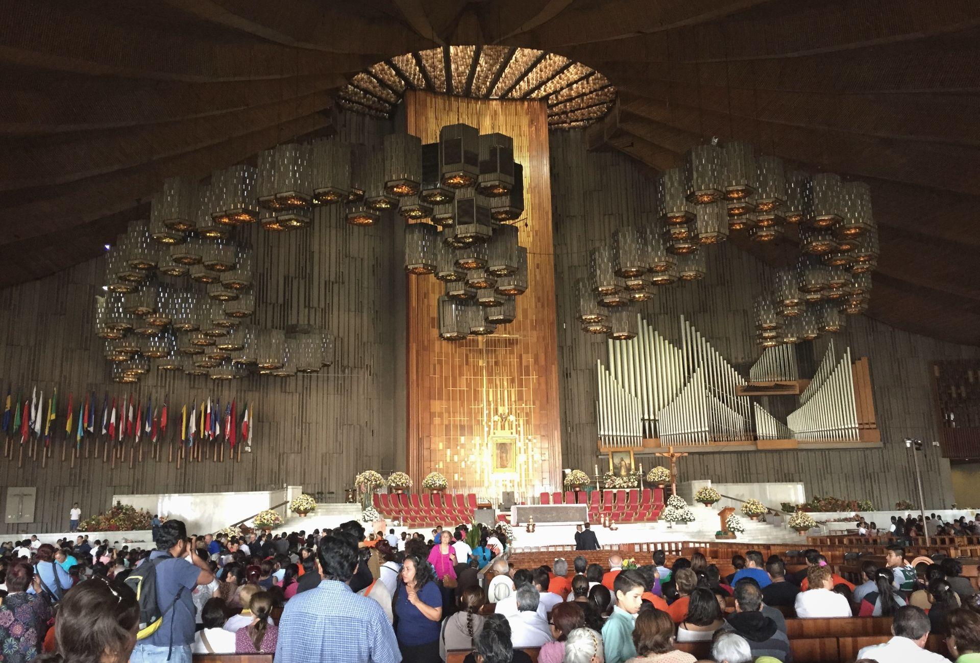 Visão interna do Santuário de Guadalupe com muitas pessoas