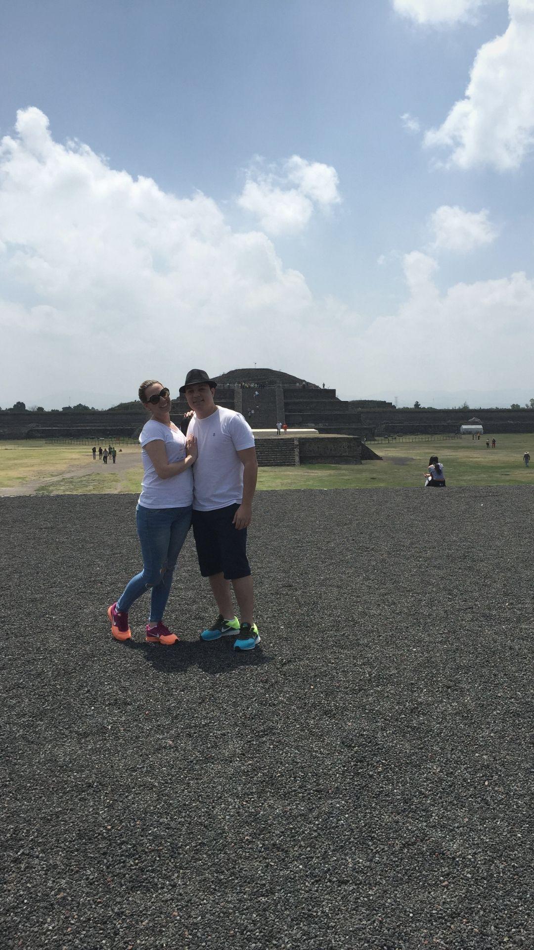 Leo e Fabi na calçada dos mortos em Teotihuacan