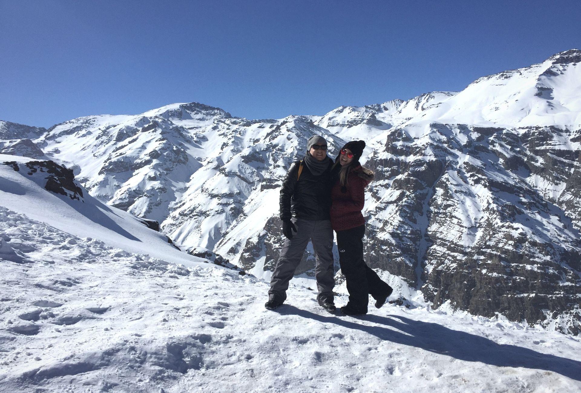 Leo e Fabi no Vale Nevado com montanhas ao fundo